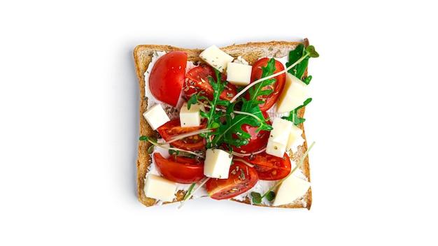 Bruschetta met groenten en mozzarellakaas op een witte achtergrond. hoge kwaliteit foto