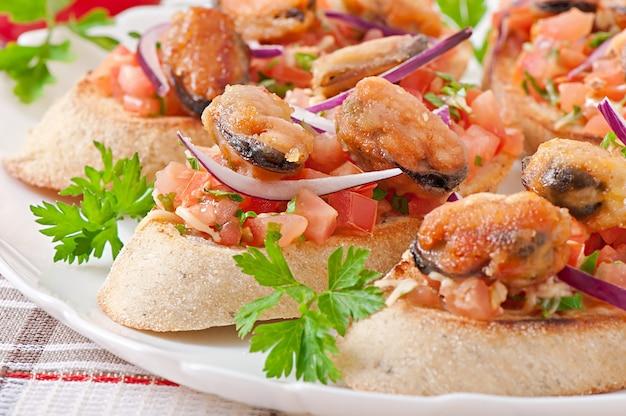 Bruschetta met mosselen, kaas en tomaten