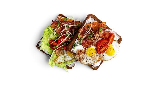 Bruschetta met spek en groenten op een witte achtergrond. hoge kwaliteit foto