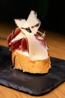 Bruschetta met spek en kaas met wit tarwebrood.
