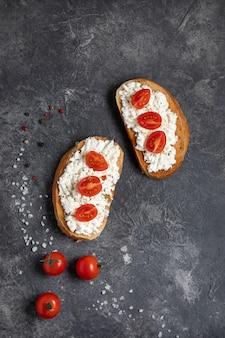 Bruschetta met tomaten en kaas op een donkere achtergrond