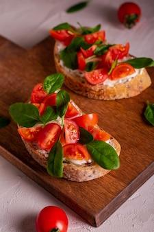 Bruschetta met tomaten en spinazie als ontbijt