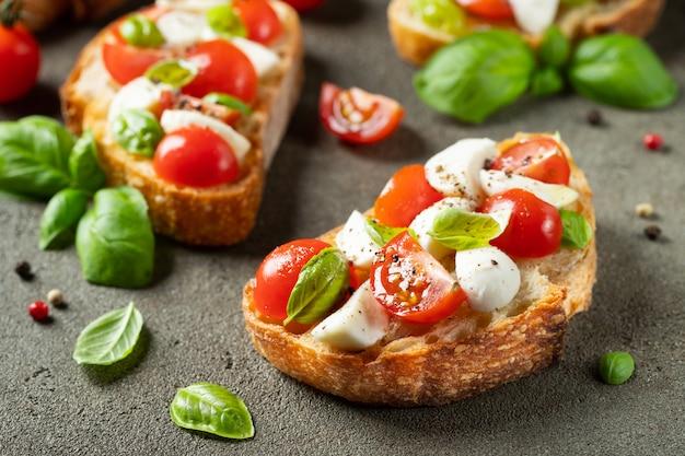 Bruschetta met tomaten, mozzarella en basilicum.