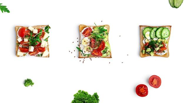 Bruschetta met verschillende vullingen op een witte achtergrond groenten vlees en kaas bruschetta