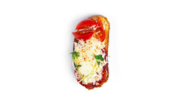 Bruschetta met worst, groenten en kaas op een witte achtergrond. hoge kwaliteit foto