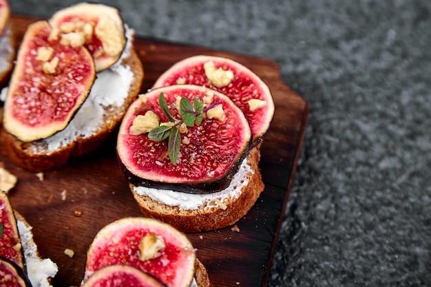 Bruschetta of ctostini met kwark, vijgen en honing.