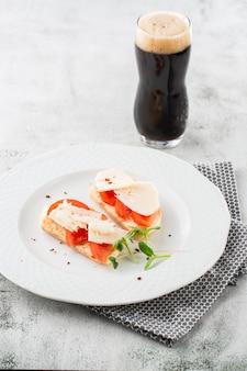 Bruschettas met groenten. begin gerechten met kerstomaatjes, roomkaas. heerlijke snacks met chorizo en gebakken tomaten. samenstelling van het voedsel, smakelijke italiaanse maaltijd. brood met kaas