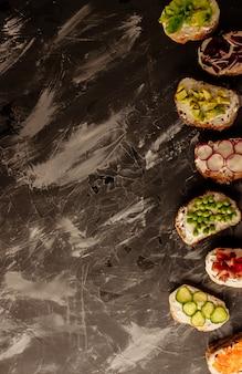 Brushetta of traditionele spaanse tapas. voorgerechten italiaanse antipastisnacks die op houten raad worden geplaatst.