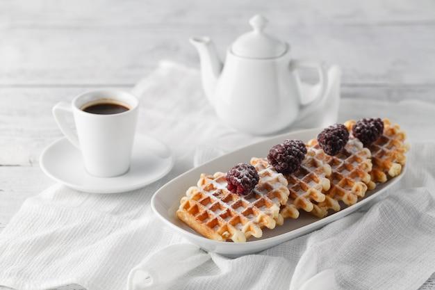 Brusselse wafels met bessen en koffie