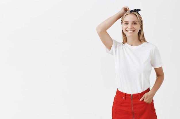 Brutaal mooi jong meisje koket glimlachend
