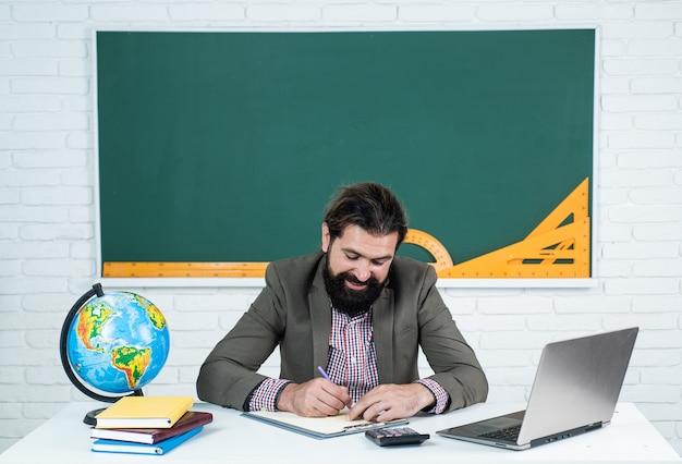 Brutale ongeschoren kerel universitair docent in de klas, lerarendag.