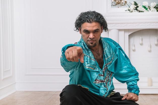 Brutale zigeunermannen die naar je wijzen. foto met ruimte voor tekst