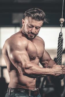 Brute kaukasische knappe fitness mannen op dieet opleiding borst pompen