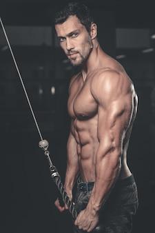 Brute kaukasische knappe fitness mannen op dieet opleiding triceps sportschool