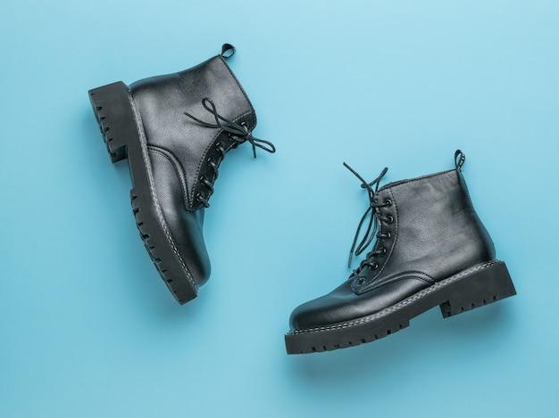 Brute lederen schoenen met veters op een blauwe ondergrond