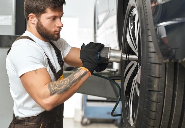 Brute mechanische montage wieldop van autowiel.