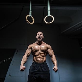 Brute sterke atletische mannen bodybuilder traint in de sportschool
