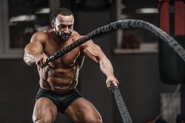 Brute sterke bodybuilder atletische mannen oppompen van spieren met halters