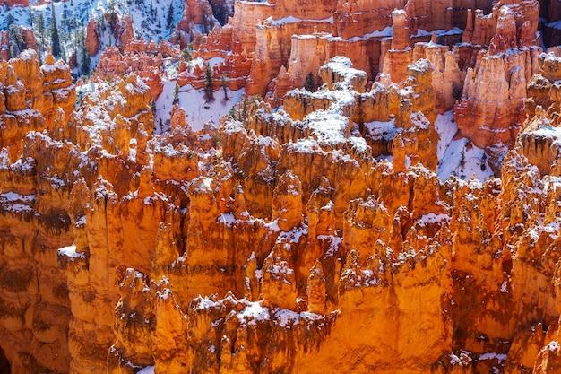 Bryce canyon met sneeuw in het winterseizoen.