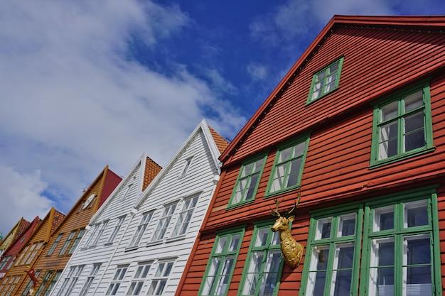 Bryggen, bergen, noorwegen. hanze-erfgoed commerciële houten gebouwen in de oude stad van bergen.