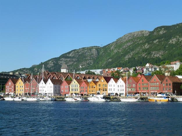 Bryggen, historische haven met kleurrijke oude houten pakhuizen, bergen, noorwegen
