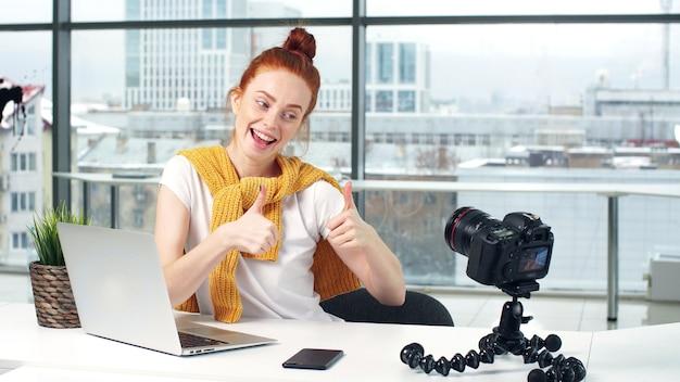 Bs fotograferen op camera. blogberichten close-up portret.