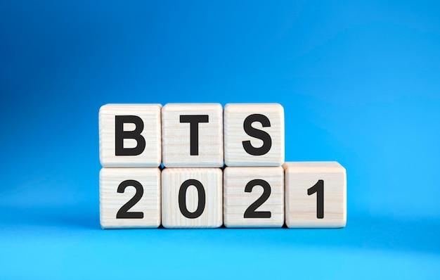 Bts 2021 jaar op houten kubussen op een blauwe achtergrond
