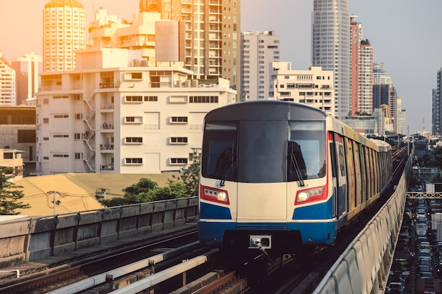 Bts sky train rijdt in het centrum van bangkok. luchttrein is de snelste transportmodus in bangkok