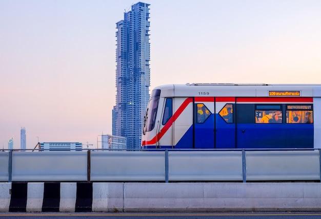 Bts skytrain op stadsgezicht van bangkok