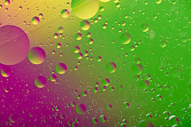 Bubbels, druppels op kleurrijke kunst duotoon achtergrond, paars groen textuur