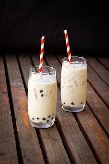 Bubble melkthee in glas. trendy drank in azië. zoet drankje met tapioca.