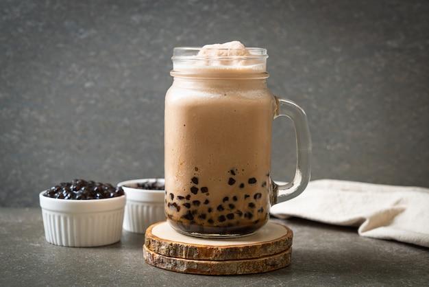 Bubble tea, ook wel parelmelkthee, bubble melkthee of boba-thee met bubbels genoemd