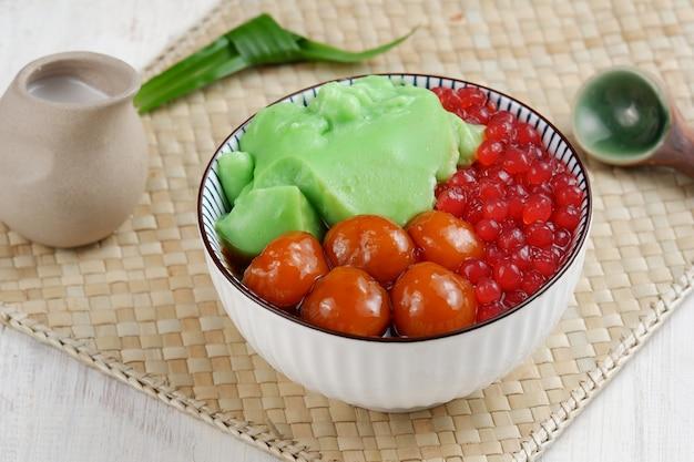 Bubur campur maduramix pap met diverse ingrediëntenrijstmeel kokosmelk zoete aardappeletc