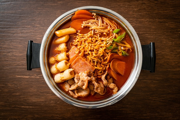 Budae jjigae of budaejjigae (legerstoofpot of legerbasisstoofpot). het zit boordevol kimchi, spam, worstjes, ramen-noedels en nog veel meer - populaire koreaanse hotpot-voedselstijl