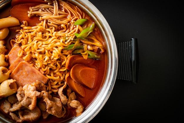 Budae jjigae of budaejjigae (legerstoofpot of legerbasisstoofpot). het zit boordevol kimchi, spam, worstjes, ramennoedels en nog veel meer - populaire koreaanse hotpot-voedselstijl