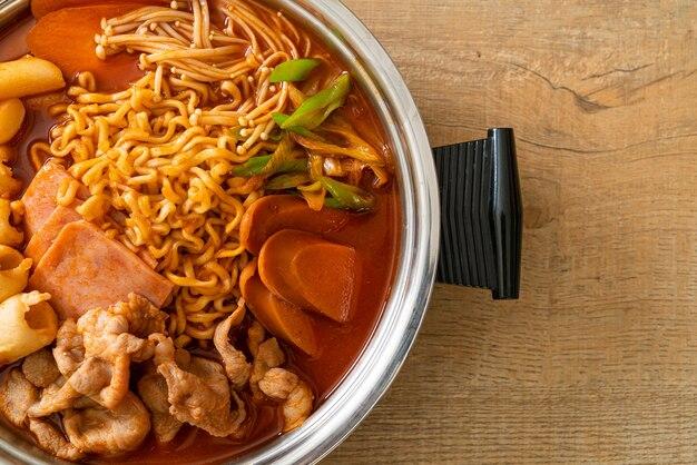 Budae jjigae of budaejjigae (stoofpot van het leger of stoofpot van de legerbasis). het zit vol met kimchi, spam, worstjes, ramennoedels