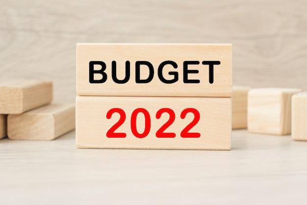 Budget 2022 woorden op de houten kubussen op een lichte achtergrond