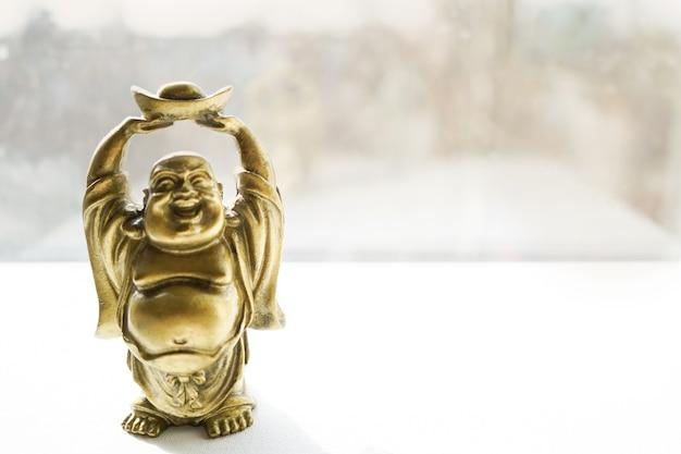 Budha-standbeeld op lichte achtergrond