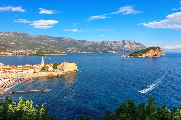 Budva kustlijn luchtfoto panorama, uitzicht op de oude stad, montenegro.