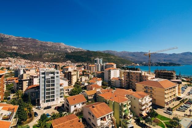 Budva montenegro het uitzicht vanaf de hoogbouw in de c