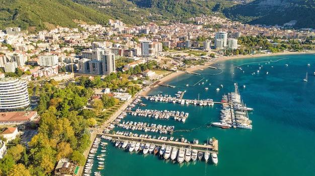 Budva, montenegro vanuit de lucht. bovenaanzicht luchtfoto.