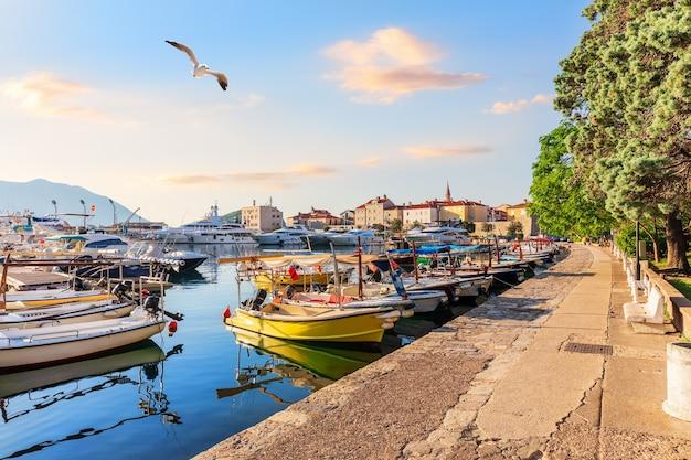 Budva riviera pier en de jachten, montenegro. Premium Foto