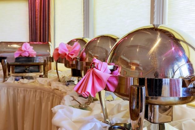 Buffet verwarmde trays staan in de rij klaar voor service. restaurant, het restaurant van het hotel.