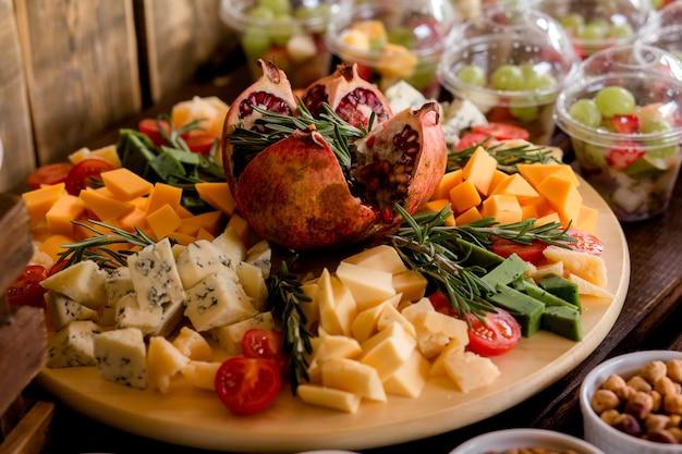 Buffet voor een verjaardag of bruiloft. heerlijke huwelijksreceptie, desserttafel, kaasbar, kaas, noten en fruit, snoep en schuimgebak.