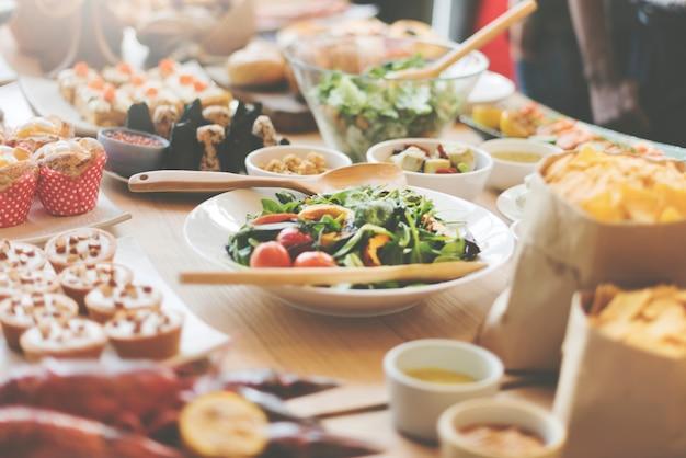 Buffetbrunchvoedsel die feestelijk koffie het dineren concept eten