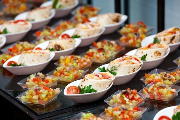 Buffetmaaltijd in een hotel, continentaal ontbijt, snacks op tafel