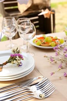 Buffettafel met servies voor gasten