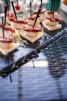 Buffettafel voor gasten bij een banket met diverse hapjes en sandwiches