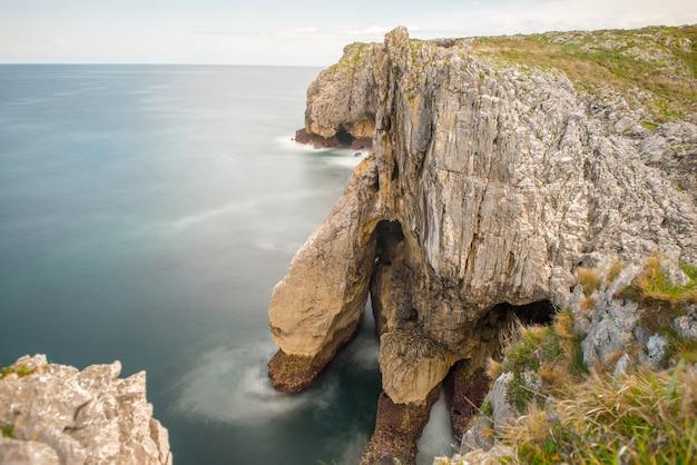 Bufones de arenillas aan de kust van asturië, ten noorden van spanje