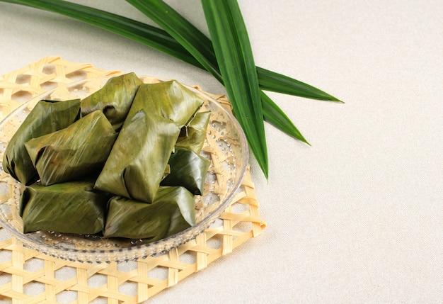 Bugis is een traditioneel gerecht gemaakt van kleefrijstmeel, gevuld met een mengsel van suiker en geraspte kokos (unti), vervolgens verpakt in bananenbladeren en gestoomde, zoete smaak.